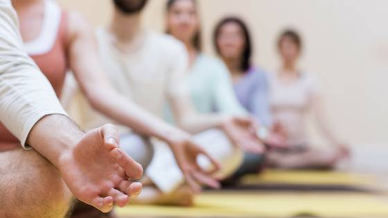 what to expect when you begin meditating - people meditating in a class