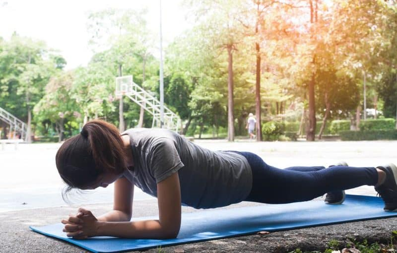 aurorae yoga mat review - womaon planking on mat