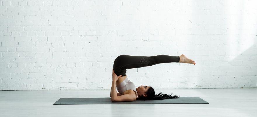 Manduka eKOlite yoga mat review - woman using the eKOlite yoga mat