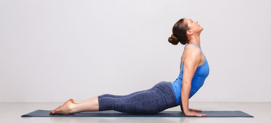 what makes a great yoga mat - woman diong yoga on Manduka eKOlite