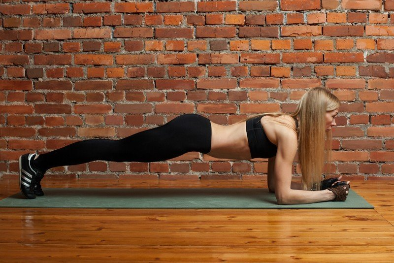 best yoga gloves - Woman doing plank on yoga mat in yoga gloves