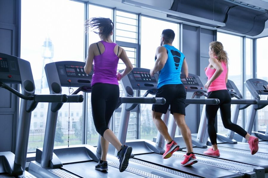 people running on treadmills - how to choose a manual treadmill